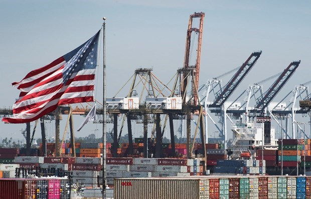 Hàng hóa từ Trung Quốc và các nước châu Á được bốc dỡ tại cảng Long Beach, California, Mỹ. Ảnh: AFP/TTXVN.