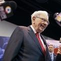 """<p class=""""Normal""""> <strong>Warren Buffett</strong></p> <p class=""""Normal""""> Tài sản: 100 tỷ USD</p> <p class=""""Normal""""> Thay đổi so với đầu năm: 12,8 tỷ USD</p> <p class=""""Normal""""> Ngay từ khi còn nhỏ, Warren Buffett đã thể hiện sự nhạy bén trong kinh doanh. Sau khi tốt nghiệp đại học, Buffett làm nhân viên môi giới chứng khoán cho công ty của cha ông. Đến năm 30 tuổi ông đã nắm trong tay khối tài sản trị giá 1 triệu USD. Năm 1965, Buffett giành quyền kiểm soát tập đoàn Berkshire Hathaway. Ba năm sau, công ty của ông đạt giá trị 104 triệu USD.</p> <p class=""""Normal""""> Những năm giữa thập niên 70 lại là khoảng thời gian khó khăn của Berkshire. Năm 1974, cổ phiếu của công ty này sụt giảm mạnh khiến tài sản của Buffett khi đó chỉ còn 19 triệu USD. Tuy nhiên, cuối những năm 70, tình hình tài chính của công ty đã được khôi phục.</p> <p class=""""Normal""""> Năm 1986, ở tuổi 56, Buffett chính thức trở thành tỷ phú dù chỉ nhận mức lương khiêm tốn 50.000 USD tại Berkshire Hathaway. Năm 2008, ông trở thành người giàu nhất thế giới. (Ảnh: <em>Reuters</em>)</p>"""