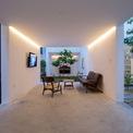 """<p class=""""Normal""""> Lấy cảm hứng từ ngôi nhà có sân vườn truyền thống, H-H Studio đã sắp xếp không gian xếp chồng lên nhau theo chiều dọc trong 3 khối và dành chiều ngang để tạo ra những khoảng trống của không gian mở. Kết quả là tạo ra các sân vườn xoay quanh không gian sống.</p>"""