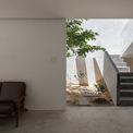 <p> Để mang thiên nhiên đến gần hơn với cuộc sống, tầng chính và tầng 2 được kết nối với nhau bằng một cầu thang bên ngoài mở hoàn toàn ra bầu trời phía trên.</p>