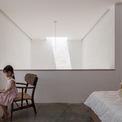 <p> Không gian phòng ngủ được bài trí đơn giản, sử dụng tối ưu ánh sáng tự nhiên ban ngày.</p>