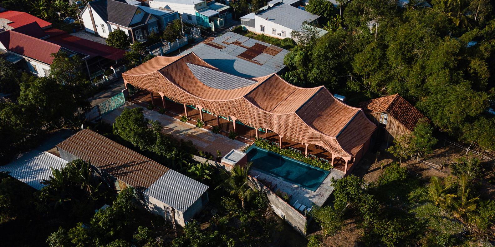 Mái nhà được 'đan' từ những tấm rèm đất nung lượn sóng
