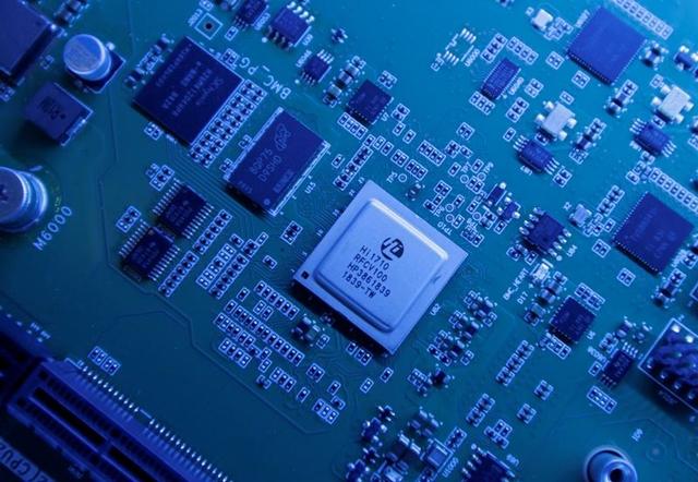 Từ điện thoại thông minh, máy tính cá nhân, internet, xe điện, phi cơ, vũ khí siêu thanh, chất bán dẫn có mặt trong hầu hết thiết bị điện, số hóa hàng hóa và dịch vụ. Ảnh: Reuters.