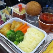 Gặp khó vì Covid-19, NCS cung cấp thêm bánh, suất ăn cho học sinh