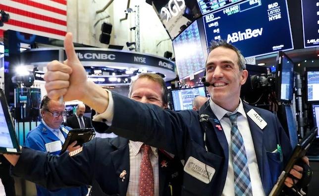 Fed nâng triển vọng kinh tế Mỹ, Phố Wall lập đỉnh lịch sử, Dow Jones lần đầu vượt 33.000 điểm
