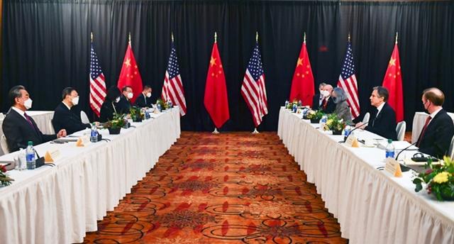 Phái đoàn Trung Quốc (trái) và Mỹ trong cuộc gặp tại Alaksa hôm 18/3. Ảnh: Reuters.