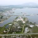 """<p class=""""Normal""""> Mỏ sắt Thạch Khê nằm trên địa bàn 5 xã ven biển của huyện Thạch Hà gồm: Thạch Khê, Đỉnh Bàn, Thạch Hải, Thạch Trị và Thạch Lạc. Tổng diện tích đất sử dụng của dự án là 4.821 ha.</p> <p class=""""Normal""""> Mỏ được phát hiện từ năm 1960, trữ lượng khoảng 544 triệu tấn, được đánh giá là mỏ sắt lớn nhất Đông Nam Á. Khu vực này nằm cách thành phố Hà Tĩnh 8 km về phía Đông, cách bờ biển Đông 1,6 km.</p>"""