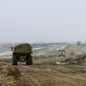 """<p class=""""Normal""""> Công trường tại mỏ sắt Thạch Khê hồi đầu năm 2011.</p> <p class=""""Normal""""> Giai đoạn 2008-2011, công nhân đã bóc đất tầng phủ được khoảng 12,7 triệu m3, độ sâu -34 m so với mực nước biển, thu hồi 3.000 tấn quặng. Dự án sau đó gặp vướng mắc về huy động và góp vốn, dẫn đến hàng loạt hệ lụy, như: Chậm tiến độ giải phóng mặt bằng, thiếu tiền thanh toán cho nhà thầu tư vấn lập thiết kế kỹ thuật và xây dựng khu tái định cư. Tháng 11/2011, Chính phủ phải cho tạm dừng dự án để thẩm định lại thiết kế kỹ thuật và tái cơ cấu cổ đông.</p>"""