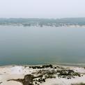 <p> Khu vực moong mỏ trước kia công nhân bóc đất tầng phủ, nay thành một hồ nước rộng lớn, sâu hàng chục mét.</p>