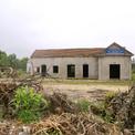 <p> Trụ sở của một số công ty cho thuê máy móc, thiết bị xây dựng, kinh doanh đất đá, cát sỏi... trong khu vực mỏ nay đã đóng cửa, bỏ hoang.</p>