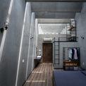 <p> Phòng ngủ chính được mở bằng những ô kính ở mặt tiền.</p>