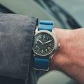 <p> Mẫu đồng hồ <strong>Farer Field Watch Exmoor</strong> hiện có giá 1.213 USD. Nó được bán kèm quai da với khóa thép.</p>
