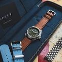 <p> <strong>Farer Field Watch Exmoor</strong> có kích thước 38,5 mm cùng độ dày 12,3 mm. Bên cạnh đó, nó được trang bị bộ máy tự động, khả năng dự trữ năng lượng trong 38 giờ. Chiếc đồng hồ có thể chống nước 200 m. Ảnh: <em>Oracle Time.</em></p>
