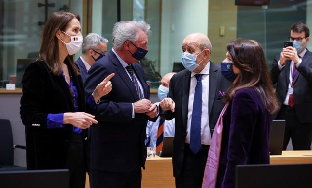 Ngoại trưởng các nước EU trong cuộc họp tại Brussels hôm 22/3. Ảnh: Reuters.