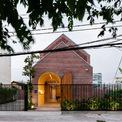 """<p class=""""Normal""""> Trước khi lên kế hoạch thiết kế, các kiến trúc sư của Block Architects đã tự hỏi làm thế nào để ngôi nhà có tính tương tác và hài hòa với môi trường xung quanh, đặc biệt là các tòa nhà gần đó mà không làm mờ đi tinh thần và cá tính của chính nó.</p>"""