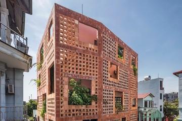 Toàn bộ mặt tiền ngôi nhà được làm từ gạch gốm Bát Tràng, Hà Nội