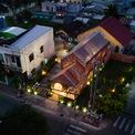 """<p class=""""Normal""""> Ngôi nhà tọa lạc tại TP Trà Vinh, nơi đầy không khí trong lành, mến khách và mộc mạc. Không bị đô thị hóa nhiều, thành phố vẫn giữ được nhiều chùa và khu dân cư truyền thống. Nhiều thế hệ người Việt, người Hoa và người Khmer cư trú ở đây đã xây dựng nên một đời sống văn hóa giao thoa đặc thù.</p>"""