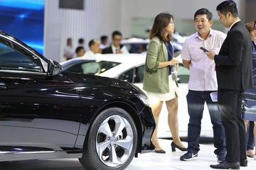 Thị trường ảm đạm, ôtô đua nhau giảm giá