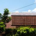 <p> Gạch đỏ được sử dụng cho toàn bộ bên ngoài ngôi nhà, tạo sự nổi bật.</p>