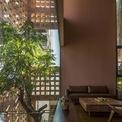 <p> Không gian bên trong được thiết kế tối giản. Các tấm kính lớn được tích hợp mà không sợ ngôi nhà quá nóng, vì ánh sáng mặt trời trực tiếp được lọc bởi hai lớp mặt tiền bằng gốm và cây xanh.</p>