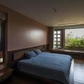 <p> Những bức tường gốm đem lại hiệu quả tốt trong việc làm mát ngôi nhà, đặc biệt vào mùa hè. Việc sử dụng điều hòa là không cần thiết vì hệ thống thông gió ba lớp: mặt tiền bằng gốm bên ngoài, không gian xanh xen kẽ và cửa đảm bảo ngôi nhà hoàn toàn mát mẻ.</p>
