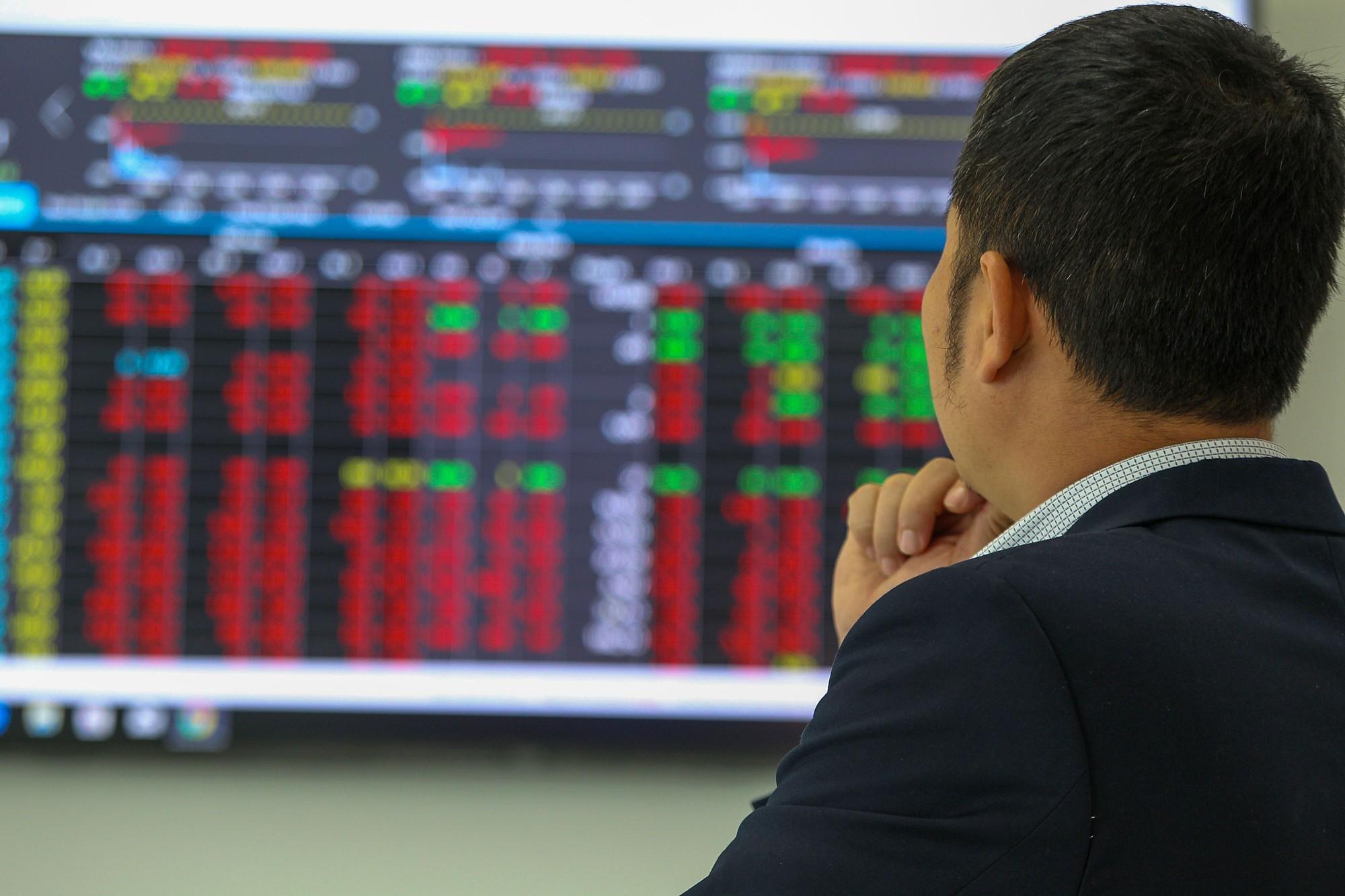 Cổ phiếu lớn đồng loạt giảm sâu, VN-Index mất gần 11 điểm