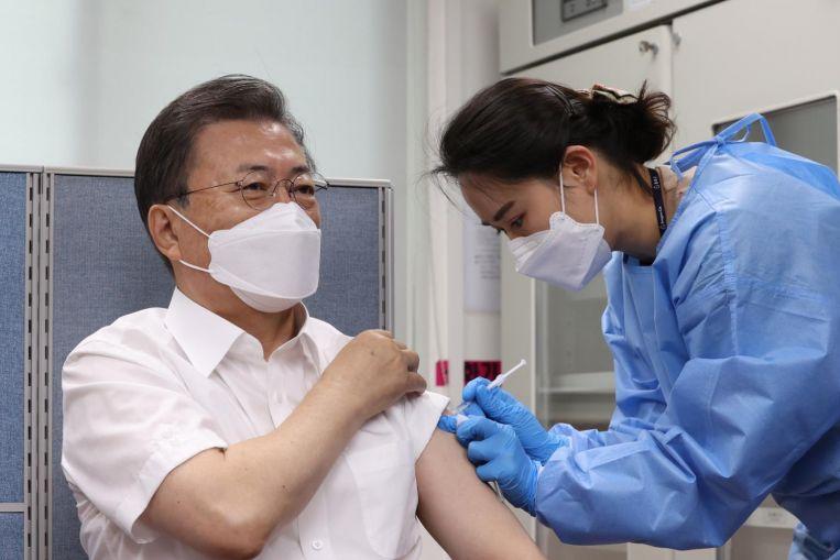 Tổng thống Hàn Quốc tiêm vaccine AstraZeneca