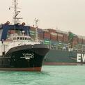 """<p class=""""Normal""""> Tàu Ever Given, tải trọng 220.000 tấn, mắc cạn gần cửa ra phía nam kênh đào Suez khoảng 7h40 hôm 23/3 (12h40 giờ Hà Nội ngày 23/3). Hàng loạt nỗ lực giải cứu đều thất bại.<span>Ảnh: </span><em>AFP.</em></p>"""