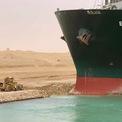 """<p class=""""Normal""""> Thông tin ban đầu cho rằng tàu bị chết máy nhưng Evergreen Marine, đơn vị vận hành Ever Given, trả lời báo giới rằng """"tàu vô tình mắc cạn sau khi chịu tác động từ một đợt gió mạnh"""".</p> <p class=""""Normal""""> """"Công ty đang trao đổi với các bên liên quan, bao gồm cơ quan quản lý kênh Suez (SCA), để giải cứu tàu sớm nhất có thể"""". Ảnh: <em>Reuters.</em></p>"""