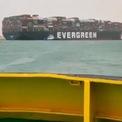 """<p class=""""Normal""""> Ever Given, dài 400 m, rộng 59 m, có thể chở 20.000 container 20 ft, nằm trong nhóm gọi là tàu container siêu lớn (ULCS). Một số tàu thậm chí còn không thể đi qua kênh Panama nối giữa Đại Tây Dương và Thái Bình Dương, theo một chuyên gia thương mại. Ảnh: <em>Twitter.</em></p>"""