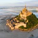 """<p class=""""Normal""""> <strong>Normandy, Pháp</strong></p> <p class=""""Normal""""> Pháp là một trong những địa điểm du lịch hàng đầu thế giới với vẻ kiến trúc độc đáo của thủ đô Paris tới miền duyên hải đông nam Riviera và những khu vực sản xuất rượu vang nổi tiếng phía Nam.</p> <p class=""""Normal""""> Nhưng miền Bắc như Normandy vẫn chưa thu hút đông đảo du khách ghé thăm. Nhưng chính điều này đang là niềm mơ ước của nhiều người khi muốn tránh xa sự ồn ào của phố thị.</p> <p class=""""Normal""""> Normandy nổi tiếng với những di sản của thế chiến thứ II như các nghĩa trang, đài tưởng niệm và các bãi biển. Đặc biệt, du khách sẽ mê mẩn với những ngôi làng ven biển như Deauville, Trouville, những con hẻm lát đá cuội ở Honfleur và hòn đảo biểu tượng Mont Saint-Michel. Các đặc sản như phomat Camembert, rượu Calvados và bánh táo... cũng có thể níu chân khách ở miền đất phía bắc này. (Ảnh: <em>Getty Images</em>)</p>"""
