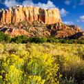 """<p class=""""Normal""""> <strong>New Mexico, Mỹ</strong></p> <p class=""""Normal""""> Do tình hình dịch bệnh mà các du khách quốc tế và cả chính người dân Mỹ đã không thể dừng chân tại những bãi biển đẹp ở phía Tây Nam. Với mật độ chỉ 17 người/ km2, New Mexico là nơi có mật độ dân số thấp thứ 7 ở Mỹ theo số liệu của Statista.</p> <p class=""""Normal""""> Mệnh danh là """"vùng đất mê hoặc"""", New Mexico sở hữu các vườn quốc gia, các tàn tích của người Aztex, những hang động đẹp và cả quần thể sinh vật độc đáo. Tuy vậy, nơi này cũng không thiếu khách sạn, khu nghỉ dưỡng sang trọng như St. Francis ở thủ phủ Sante Fe (nơi chỉ có 85.000 dân), hay cả Four Seasons.<span>(Ảnh:</span><em>Getty Images</em><span>)</span></p>"""