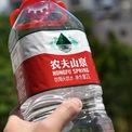 <p> Giá cổ phiếu Nongfu Spring tăng gần gấp đôi kể từ đợt IPO, giúp ông trở thành tỷ phú giàu lên nhanh nhất thế giới năm ngoái. Theo Forbes, công ty nước của ông Zhong chiếm khoảng 20% thị phần nước đóng chai ở Trung Quốc, ông còn được mệnh danh là ông vua nước uống đóng chai. Ảnh: <em>Getty Images.</em></p>