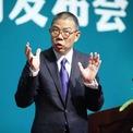 <p> Ông từng có khoảng thời gian theo nghiệp truyền thông khi làm nhà báo tại Nhật báo Chiết Giang. Năm 1988, ông nghỉ việc và tự thành lập tờ Pacific Post. Tuy nhiên, sự nghiệp truyền thông của ông cũng mau chóng thất bại. Sau đó, ông chuyển sang ngành nông nghiệp như trồng nấm, nuôi tôm nhưng cũng không thành công, thậm chí khiến vị tỷ phú mất sạch số vốn tích góp bấy lâu. Ảnh: <em>Weibo.</em></p>