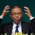 <p> Vận may của ông Zhong chỉ đến sau khi ông gặp người đồng nghiệp gốc Hàng Châu Zong Qinghou. Ông Zong là giám đốc điều hành của Wahaha - công ty bán nước đóng chai, nước trái cây và các sản phẩm sức khỏe. Zhong dễ dàng mua các sản phẩm của Wahaha với mức giá thấp và bắt đầu sự nghiệp trong lĩnh vực đồ uống. Năm 1993, Zhong thành lập công ty Hải Nam Yang Sheng Tang - tung ra hàng loại thực phẩm bổ sung, hỗ trợ sức khỏe. Ảnh: <em>AP.</em></p>