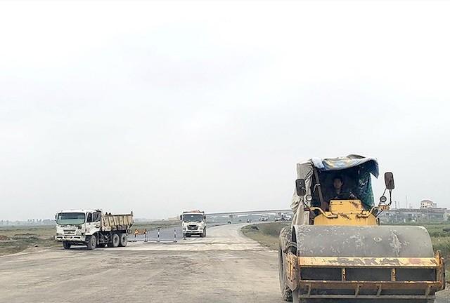 Đoạn cao tốc Cao Bồ - Mai Sơn dự kiến thông xe vào tháng 10 tới. Ảnh chụp công trường tháng 2 vừa qua.