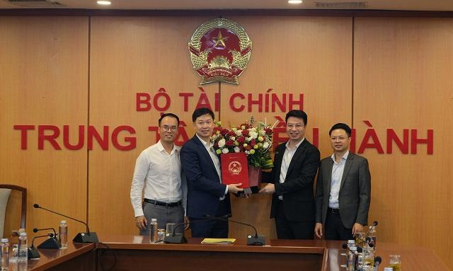 Ông Nguyễn Đức Thịnh (thứ 2 từ trái sang) được bổ nhiệm Chủ tịch HNX. Ảnh: HNX.