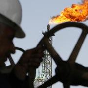 Giá dầu lại 'bốc hơi' 4% do lo ngại lực cầu suy giảm