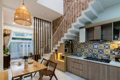 Nhà nhỏ hẹp ngang, thiết kế bếp dưới gầm cầu thang để tối đa ánh sáng và gió