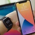 <p> Mở khóa iPhone khi đeo khẩu trang. Trên iOS 14.5, Apple đã bổ sung tùy chọn sử dụng Apple Watch để mở khóa iPhone khi người dùng đeo khẩu trang. Để sử dụng tính năng này, Apple Watch cần được mở khóa và kích hoạt tùy chọn phát hiện chuyển động cổ tay. Khi mở khóa iPhone, đồng hồ sẽ rung để thông báo. Ảnh: <em>WSJ.</em></p>