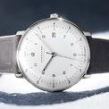 <p> Dòng đồng hồ <strong>Junghans Max Bill MEGA</strong> là ví dụ về sản phẩm có thể đeo quanh năm. Tuy nhiên, mẫu đồng hồ này có lợi thế vào mùa hè nhờ chuyển động chạy bằng năng lượng mặt trời. Với thiết kế tối giản lấy cảm hứng từ Bauhaus, mặt số dễ đọc, sản phẩm có giá 995 USD phù hợp cho hầu hết nam giới. Ảnh: <em>junghans germany.</em></p>