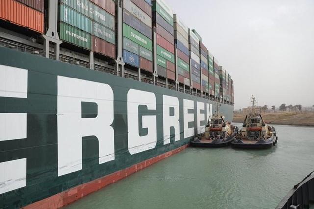 Làm thế nào để giải cứu một con tàu hơn 200.000 tấn khỏi kênh đào Suez