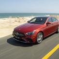 <p> Phiên bản Mercedes E300 AMG thiết kế thể thao nhờ gói AMG ở ngoại thất. Nắp ca-pô có các đường gân dập nổi, tạo vẻ gân guốc hơn trên nền ngôn ngữ tạo hình trung tính Sensual Purity 2.0. E-class tạo ra sự đối lập với đối thủ BMW Series 5, mẫu xe thiết kế thiên hướng vuông vức, nam tính.</p>