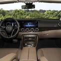 """<p class=""""Normal""""> Cách sắp xếp các chi tiết ở khoang lái của Mercedes E-class vẫn giữ nguyên như bản tiền nhiệm. Khác biệt lớn nhất ở vô-lăng lấy cảm hứng từ S-class, kiểu điệu đà trên E200 Exclusive. Hệ thống thông tin giải trí MBUX với màn hình cảm ứng 12,3 inch, điều khiển bằng giọng nói.</p> <p class=""""Normal""""> Xe trang bị đèn nội thất trang trí 64 màu, điều hòa ba vùng, ghế và táp-lô bọc da.</p>"""