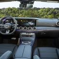 <p> Vô-lăng trên E300 AMG thể thao hơn, hệ thống âm thanh của Burmester. Cả hai phiên bản của E-class mới đều trang bị chức năng cửa hít, hệ thống thông tin tương thích Apple CarPlay và Android Auto.</p>