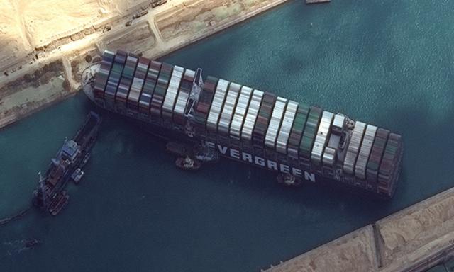 Ảnh vệ tinh cho thấy các tàu kéo và tàu nạo vét làm nhiệm vụ giải cứu tàu Ever Given trên kênh Suez hôm 26/3. Ảnh: AFP.