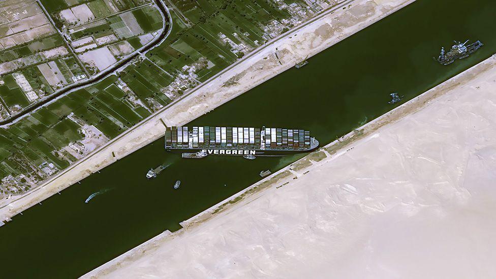 Tắc nghẽn kênh Suez làm cước vận chuyển dầu mỏ tăng gấp đôi