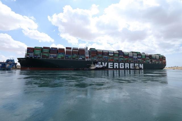 Cần bao lâu để dỡ hết container trên siêu tàu đang mắc cạn ở Suez?