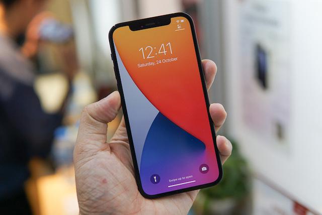 iPhone 12 Pro về Việt Nam từ tháng 11/2020 với giá niêm yết 41 triệu đồng cho bản cao nhất. Ảnh: Lưu Quý.