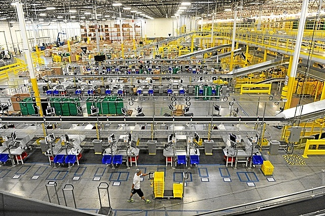 Nhân viên nhà kho nộp đơn kiện Amazon do không được nghỉ trưa đủ giờ. Ảnh: Redlands Daily Facts.